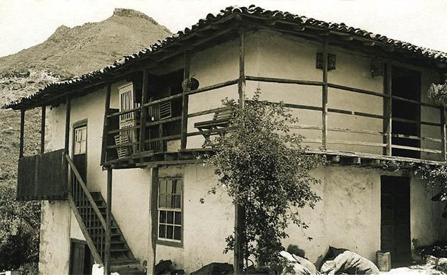 Vivienda de alto y bajo con balcones cubiertos y - Casas de madera gran canaria ...